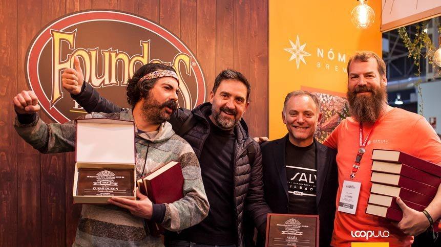 Recogida de premios con sus compañeros de Nómada Brewing y Founders – Loopulo