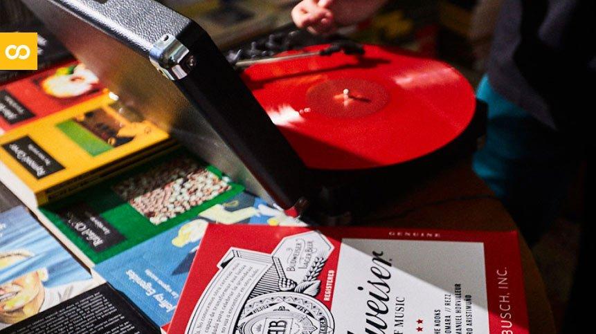 Budweiser recicla latas para convertirlas en discos de vinilo por el mes de la música | Loopulo